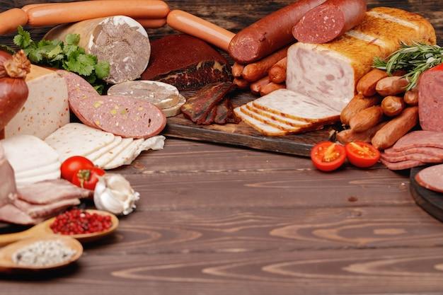Surtido de carnes y embutidos en superficie de madera