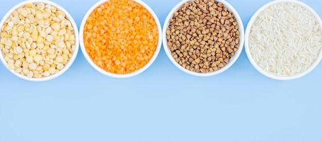 Surtido de cereales diferentes en azul