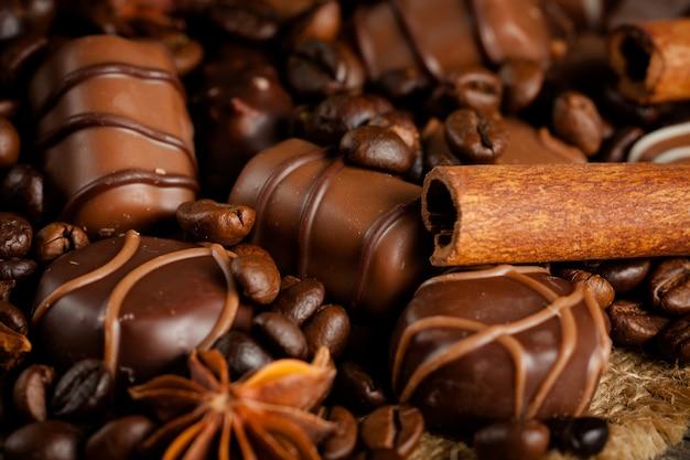 Surtido de chocolate blanco, oscuro y con leche. chocolate con crema, nueces, almendras, avellanas y canela con granos de café. alimentos dulces y sin concepto de dieta.