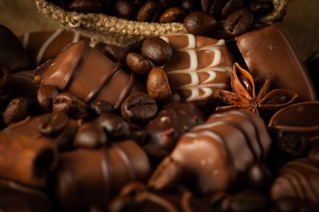 Surtido de chocolate blanco, oscuro y con leche.