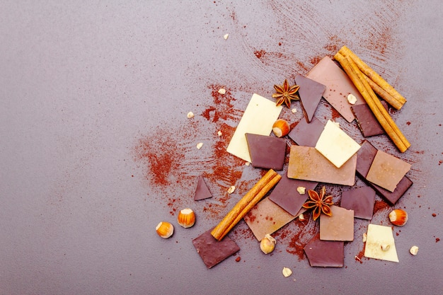 Surtido de chocolate con diferente contenido de cacao.