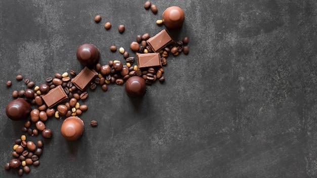 Surtido de chocolate dulce con espacio de copia