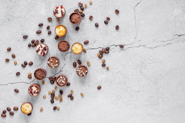 Surtido de chocolate sobre fondo claro con espacio de copia