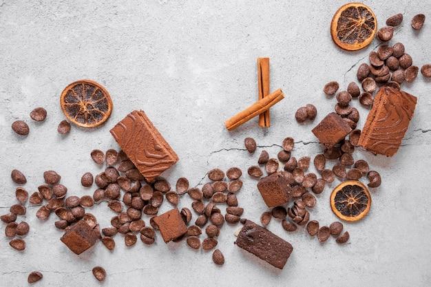 Surtido de chocolate sobre fondo claro