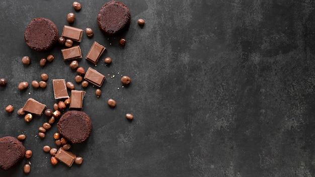 Surtido de chocolate sobre fondo oscuro con espacio de copia