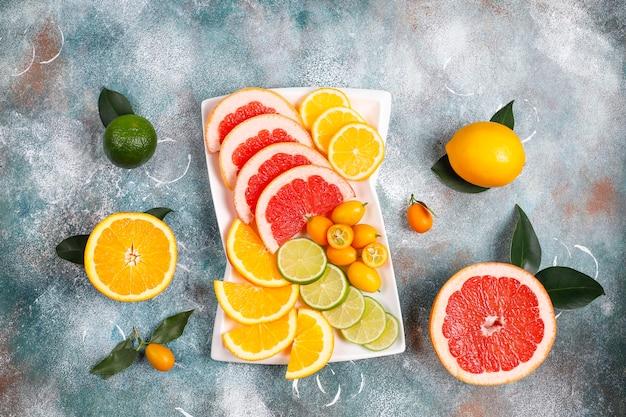 Surtido de cítricos frescos, limón, naranja, lima, pomelo, kumquats.