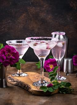 Surtido de cócteles rosados con jarabe de rosas.