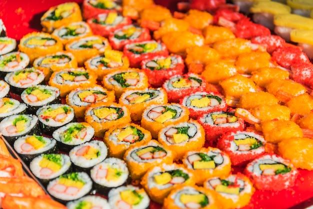 Surtido colorido de rollos de sushi
