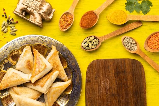 Surtido de comida india en plano