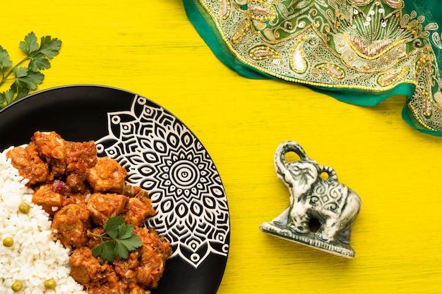 Surtido de comida india con sari flat lay