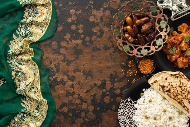 Surtido de comida india con sari