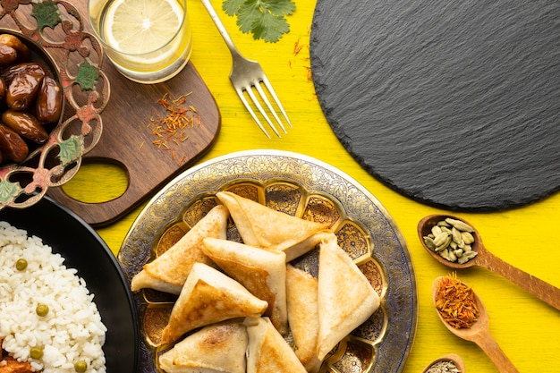 Surtido de comida india vista anterior