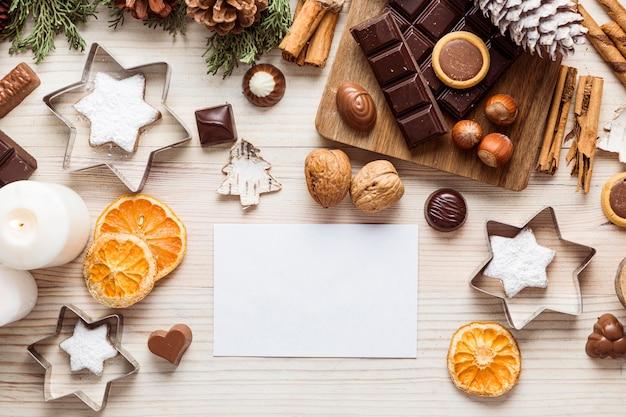 Surtido de comida navideña festiva endecha plana con tarjeta vacía