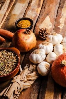 Surtido de comida otoño alto ángulo en mesa de madera