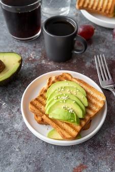Surtido creativo de comida de desayuno.