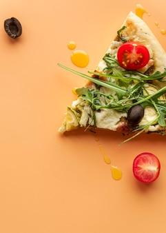 Surtido creativo con deliciosa pizza.