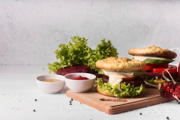 Surtido creativo de vista frontal con menú de hamburguesas