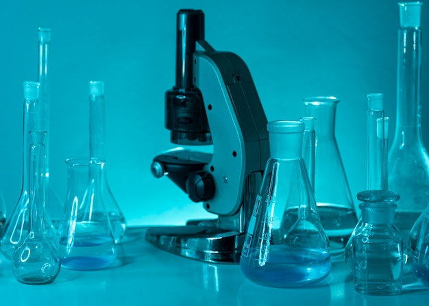 Surtido de cristalería y microscopio