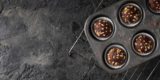 Surtido de cupcakes de chocolate con espacio de copia