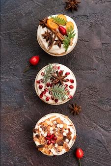 Surtido de cupcakes con glaseado y decoración.