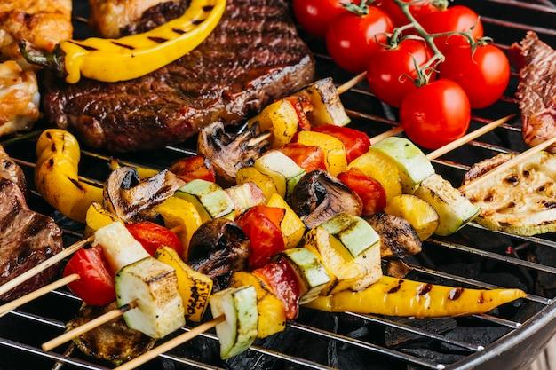 Surtido de deliciosas carnes a la brasa con verduras en barbacoa.