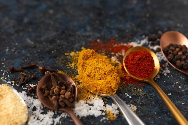 Surtido de deliciosas especias crudas