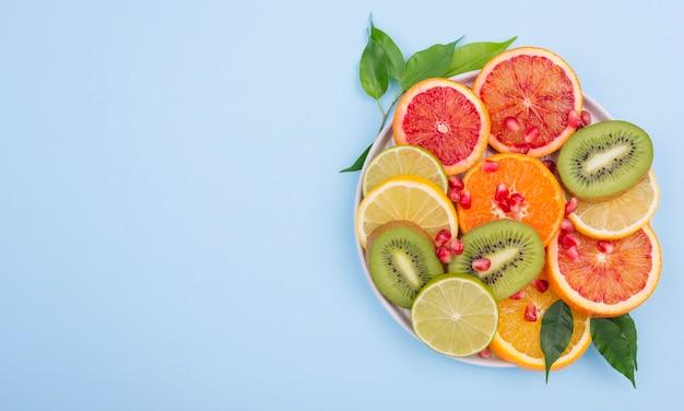 Surtido de deliciosas frutas con espacio de copia