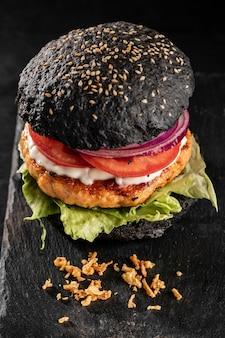 Surtido de deliciosas hamburguesas de alto ángulo
