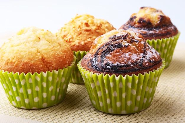 Surtido de deliciosos cupcakes caseros con pasas y chocolate. magdalenas.