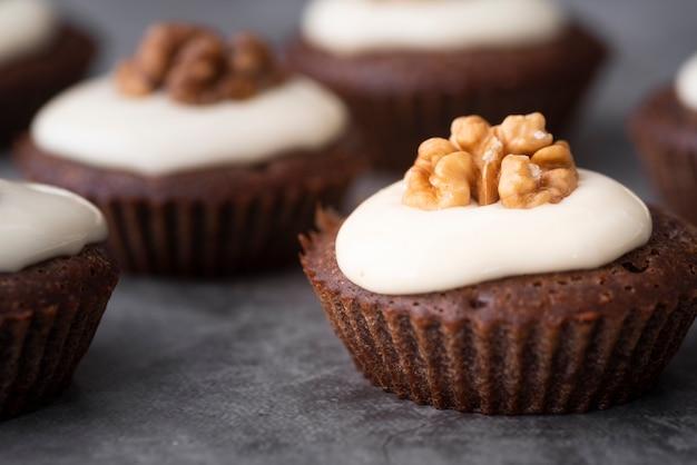 Surtido con deliciosos cupcakes y fondo de estuco