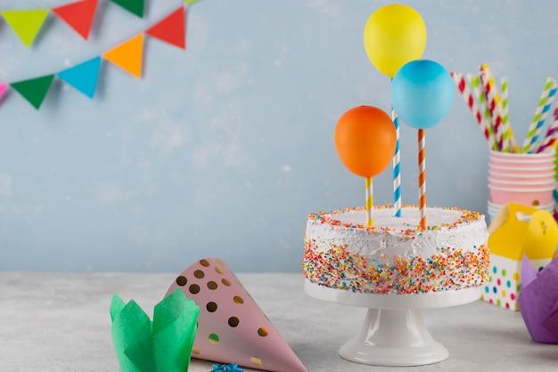 Surtido con deliciosos pasteles y globos.