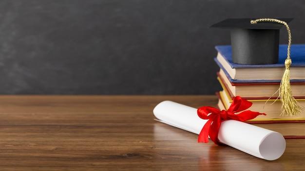 Surtido del día de la educación con gorro de graduación y espacio para copiar