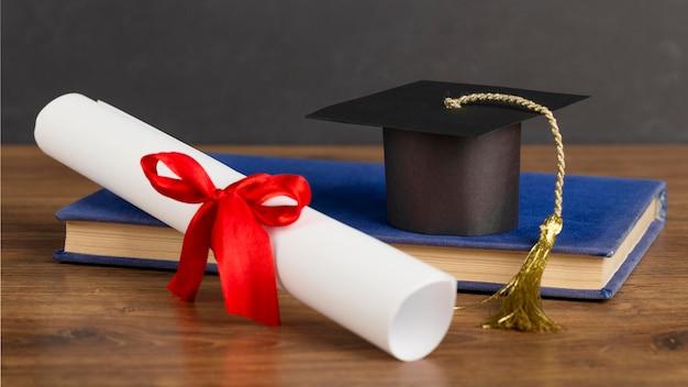 Surtido del día de la educación con gorro de graduación.