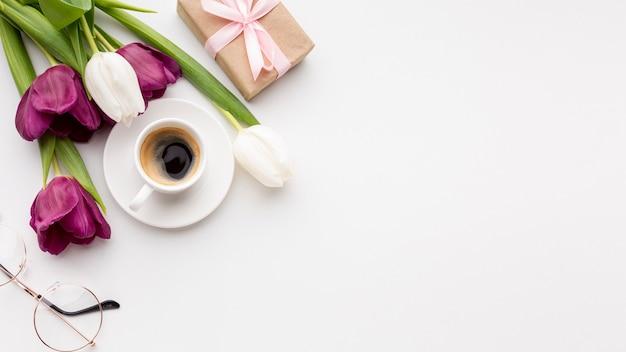 Surtido de día de la mujer sobre fondo blanco con tulipanes y espacio de copia