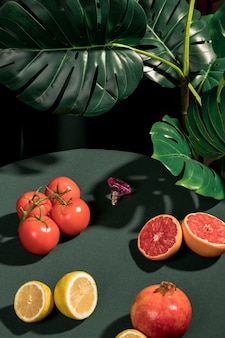 Surtido de diferentes frutas en la mesa.