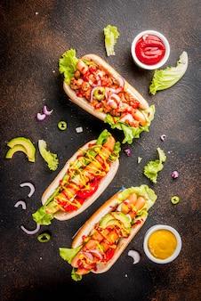 Surtido de diferentes hot dogs caseros