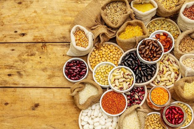 Surtido de diferentes tipos de granos de frijoles y cereales.