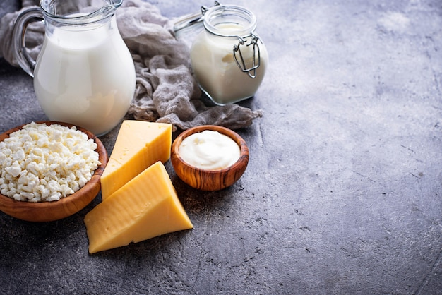 Surtido de diversos productos lácteos.