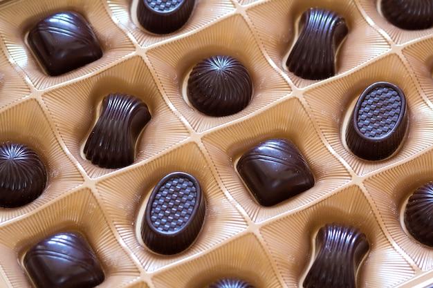 Surtido de dulces de chocolate dulce en un primer plano de la caja. vista superior