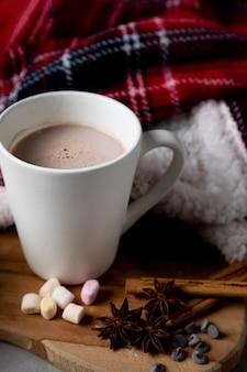 Surtido de elementos higge de invierno con taza de chocolate caliente