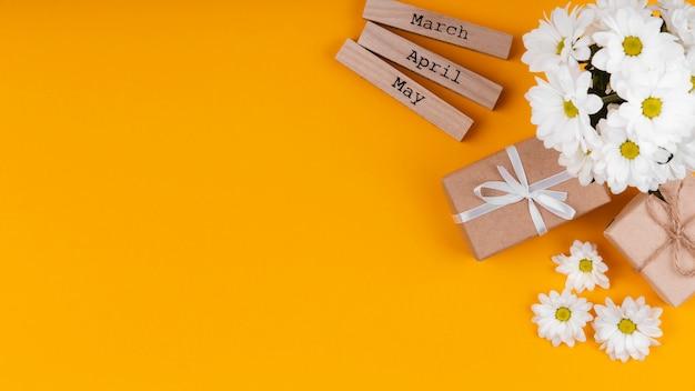 Surtido de elementos de regalo de primavera con espacio de copia