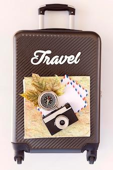 Surtido de elementos de viaje en el equipaje