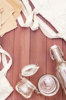 Surtido de envases ecológicos, cero residuos, papel, vidrio y textiles reciclados sin