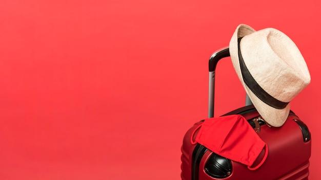 Surtido con equipaje y fondo rojo.