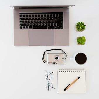 Surtido de escritorio de negocios con dispositivo