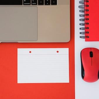 Surtido de escritorio de negocios con laptop y mouse