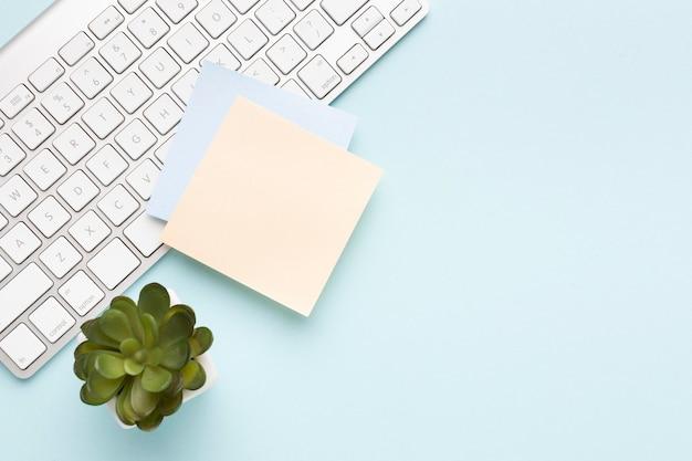 Surtido de escritorio de oficina de vista superior con espacio de copia