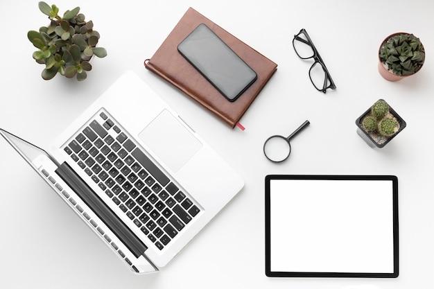 Surtido de escritorios de oficina planos con tableta