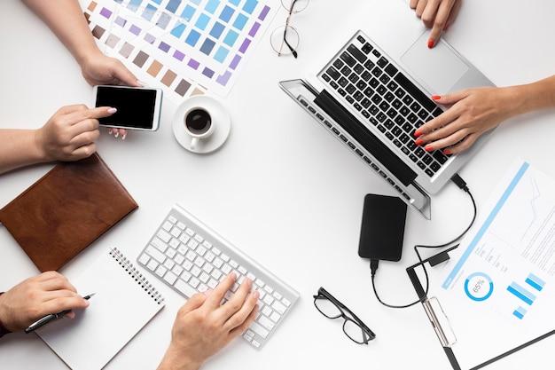 Surtido de escritorios de oficina con vista superior para diseñadores gráficos
