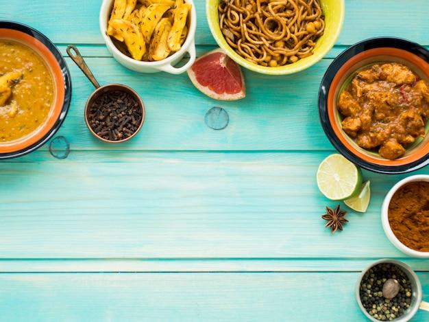 Surtido de especias y cítricos cerca de platos